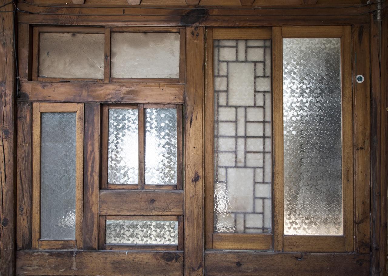 이 연재를 처음부터 보신 분들은 이 유리창을 기억하실까? 저 유리창의 구조와 저 오래된 유리창을 나는 물론이고 이 집의 건축가 역시 몹시 사랑했다. 그리고 그것은 고쳐 지은 집에 계승되었다.