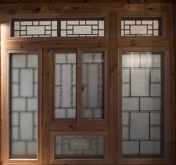 1936년에 지은 집에서 제 역할을 했던 무늬 유리가 2018년 고쳐 지은 집 유리창에 그대로 옮겨 앉았다. 이 집에 처음 들어섰을 때 나를 맞이한 그 유리창의 구조를 계승한 것은 이 집을 고쳐 지은 모든 주체들이 이 공간에 쌓인 시간에 바치는 오마주이다.
