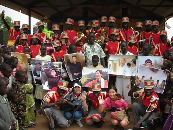 남수단 톤즈에서 진정한 의술과 사랑을 펼친 고 이태석 신부의 일대기를 다룬 다큐멘터리 영화 <울지마 톤즈>(2010)