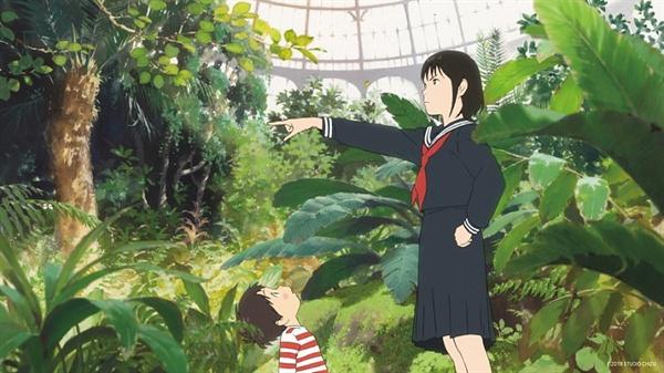 제 삶에 들이닥친 동생에게 질투를 느끼던 쿤(카미시라이시 모카 목소리)이 미래에서 온 미라이(쿠로키 하루 목소리)와 만나는 장면. 영화 <미래의 미라이>의 한 장면.