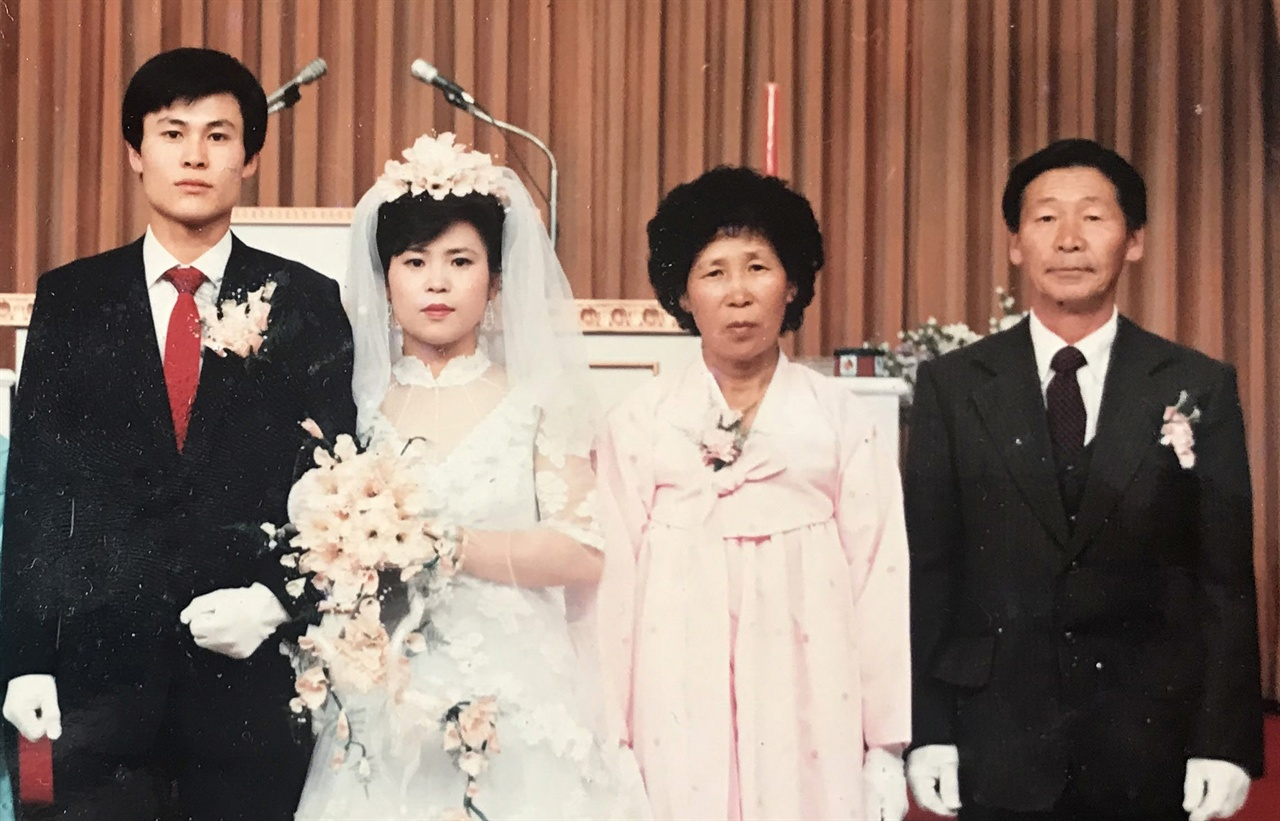 딸의 결혼식에서 함께 한 어머니와 아버지(1984년) 어머니가 돌아가시기 3년 전의 모습이다