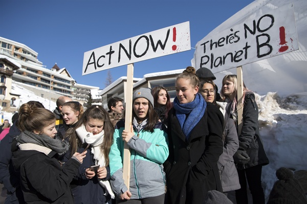 2019년 1월 25일, 스위스 다보스에서 열린 세계경제포럼 마지막날. '기후변화에 대한 학교 동맹휴업'에 참가한 10대 학생들의 모습.