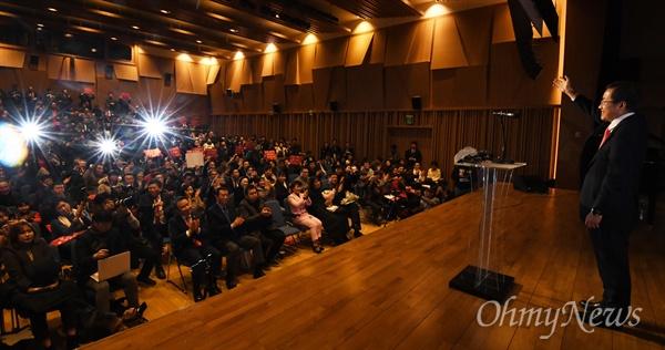 환호에 답하는 홍준표 자유한국당 홍준표 전 대표가 30일 오후 서울 여의도 The-K 타워에서 열린 '당랑의 꿈' 출판기념회에서 지지자들을 향해 인사하고 있다. 홍 전 대표는 이날 2.27 전당대회 당대표 출마를 공식 선언했다.
