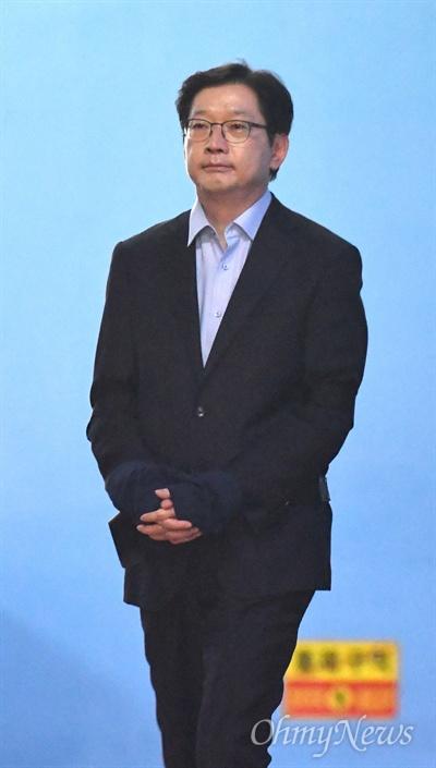 법정구속된 김경수 경남지사 김경수 경남지사가 30일 오후 서울중앙지법에서 열린 '드루킹 댓글 조작' 사건 1심에서 실형을 선고받고 법정구속되어 구치소행 호송차를 타고 있다.
