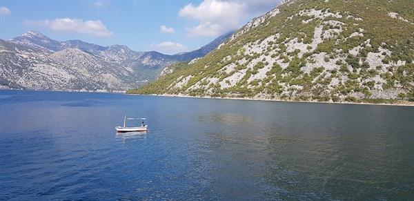 코토르 만. 진회색 산 아래 호수 같은 바다가 펼쳐진다.