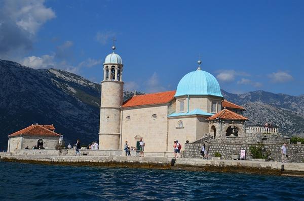 성모 섬. 성모 마리아의 성화가 발견되면서 인공 섬과 성당이 들어서게 되었다.