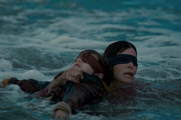 영화 <버드 박스>의 한 장면.