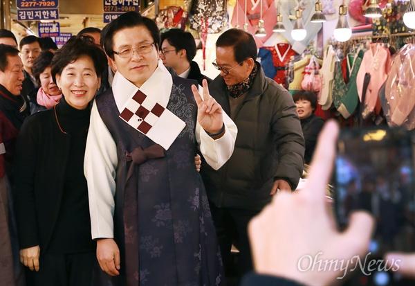 광장시장 한복 입어보는 황교안 자유한국당 당대표 선거에 출마한 황교안 전 국무총리가 31일 오후 서울 종로구 광장시장을 방문해 한복을 입어보고 있다.