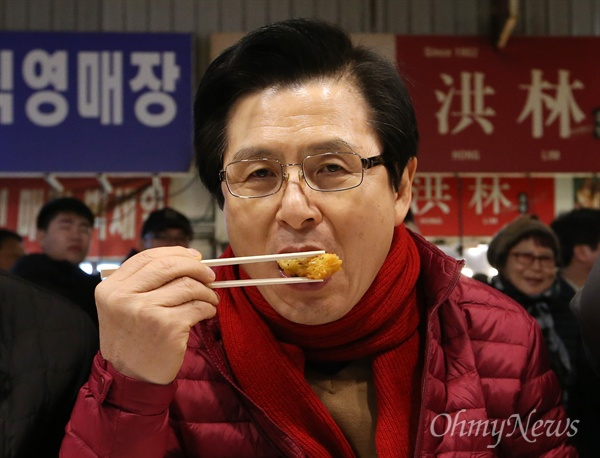 광장시장 빈대떡 먹는 황교안 자유한국당 당대표 경선에 출마한 황교안 전 국무총리가 31일 오후 서울 종로구 광장시장에서 빈대떡을 먹으며 상인들을 만났다.