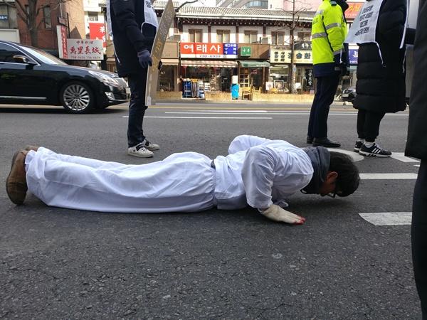 김득중 금속노조 쌍용차지부장이 31일 오후 고 김용균 노동자 문제 해결 촉구 오체투지 행진을 하고 있다.