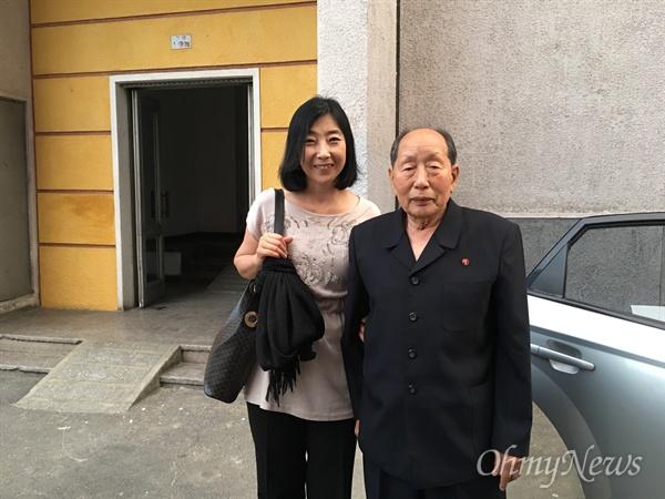 '북송 장기수' 김동수 선생님의 배웅을 받으며.