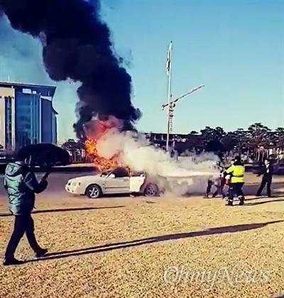 국회의사당 잔디광장 분신시도 1일 오전 8시 51분께 여의도 국회의사당 잔디광장 4광장(국회 본청 앞)에서 신원미상의 남성이 차량을 몰고 와 화재를 일으켰다. 이 남성은 이날 오전 8시 50분 본청 앞 잔디광장에 차량을 세운 뒤 내려 전단지를 살포, 이후 차량에 불을 지른 뒤 분신을 시도했다. 즉각 국회 방호직원이 출동해 화재를 진압했고, 이 남성은 부상으로 인해 한강성심병원으로 후송됐다.