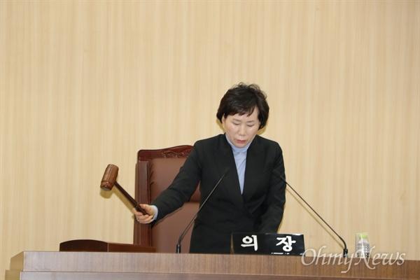해회연연수 당시 물의를 일으킨 의원들을 제명하기 위한 예천군의회 임시회 본회의가 1일 오전 열린 가운데 신현순 부의장이 회의 개회를 선언하고 있다.