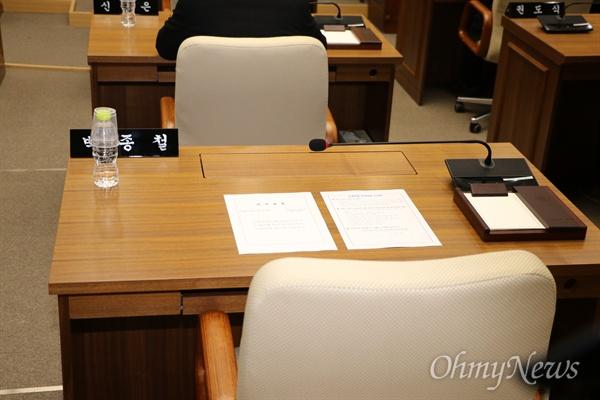 해외연수 당시 물의를 일으킨 예천군의원들을 징계하기 위해 1일 열린 예천군의회 임시회 본회의장에 현지 가이드를 폭행한 박종철 의원이 불출석해 비어 있다.