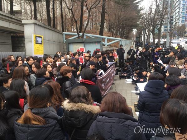 안희정성폭력사건공동대책위원회가 안희정 전 지사 유죄 선고 직후인 1일 오후 서울고등법원 동문 앞에서 기자회견을 열어 법원 판결을 환영한다는 의사를 밝혔다.
