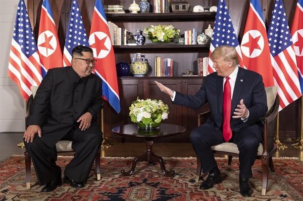 역사적인 북-미 정상 단독회담 2018년 6월 12일, 역사적인 첫 북미정상회담이 열린 싱가포르 센토사 섬 카펠라호텔에서 김정은 국무위원장과 트럼프 대통령이 단독회담을 하고 있다.