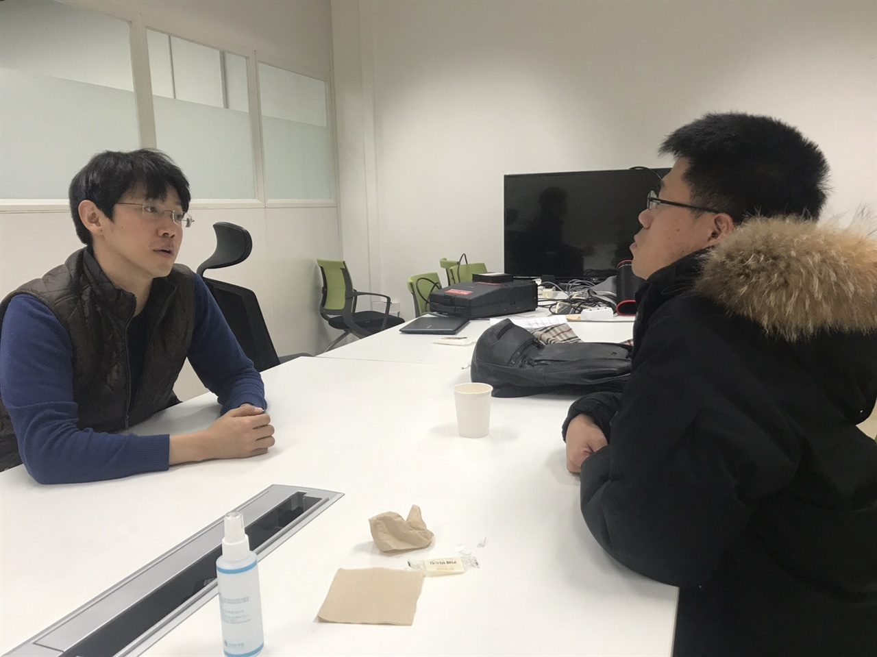 염규현 MBC 기자가 인터뷰를 하고 있다.