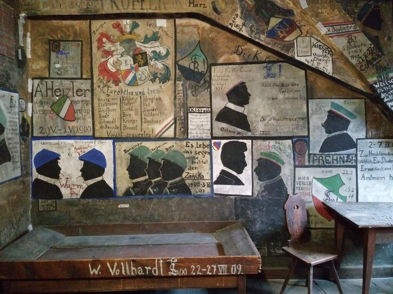 '관광지' 하이델베르그 학생 감옥 옛날 규칙을 위반한 대학생들을 격리시켜 근신하도록 만든 공간으로, 관광객들이 주로 찾는 명소이다. 벽에 온통 낙서가 되어 있는데, 당시 학생들의 것도 있지만, 관광객들이 덧입힌 것도 많다. 한국어 낙서도 숱하다.