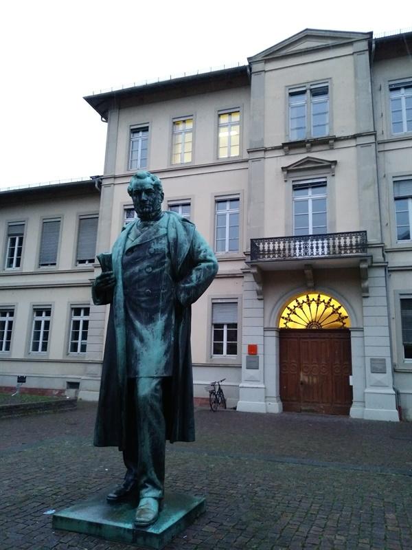 화학자 분젠의 동상 19세기 중반 스펙트럼 분석법을 발견한 화학자 분젠의 동상이 하이델베르그대학 심리학연구소 앞에 세워져 있다. 이 대학이 배출한 숱한 인물들 중 한 사람이다. 좌우로 상가가 즐비한 중앙도로에 세워져 있어서 스쳐 지나칠 수도 있다.