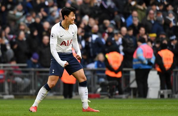 토트넘의 손흥민이 2일(한국시간) 영국 런던 웸블리스타디움에서 열린 2018-2019 잉글랜드 프로축구 프리미어리그 25라운드 뉴캐슬과 홈 경기에서 후반 38분 결승골을 꽂은 뒤 기뻐하고 있다.