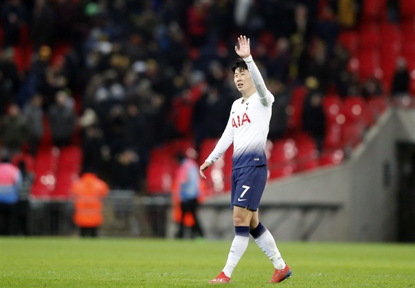 토트넘 손흥민이 30일(현지시간) 영국 런던 웸블리 스타디움에서 열린 왓퍼드와의 2018-2019 잉글랜드 프리미어리그 24라운드 경기가 끝난 뒤 팬들에게 인사를 보내고 있다.