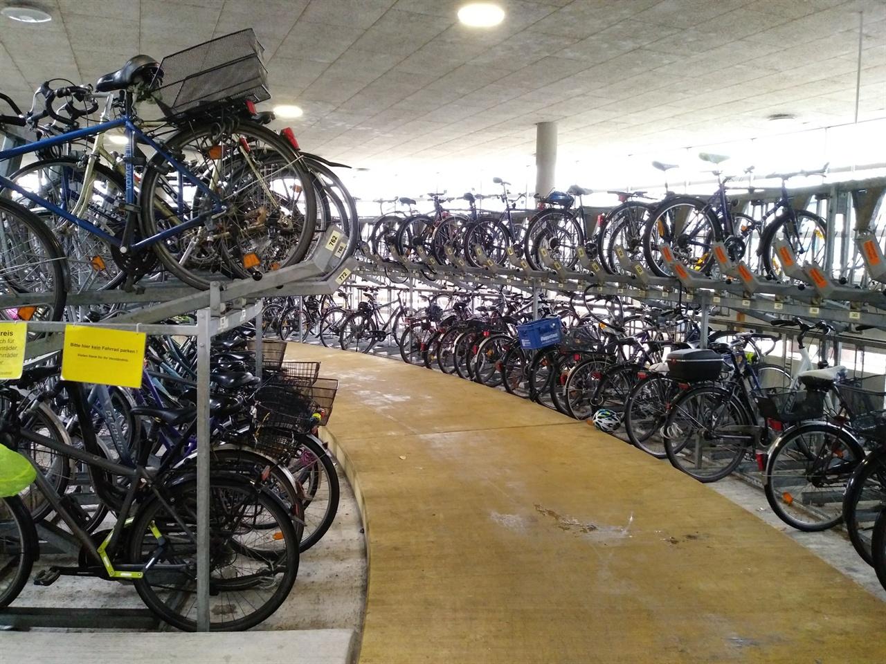 자전거 전용주차장 내부 프라이부르그 기차역과 연결된 전용주차장. 언뜻 버려진 자전거를 모아둔 고물상처럼 보이기까지 한다.
