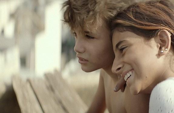 영화 <가버나움> 스틸 이미지 자인과 자인의 여동생 사하르가 머리를 맞대고 먼 곳을 바라보고 있다.