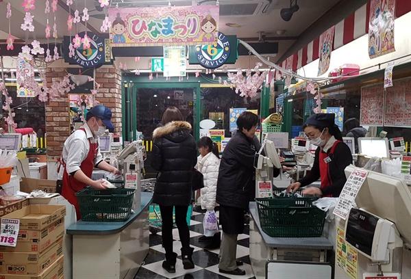 식료품을 파는 도쿄의 한 슈퍼마켓 계산대. 신용카드는 취급하지 않고 현금만 받는다.