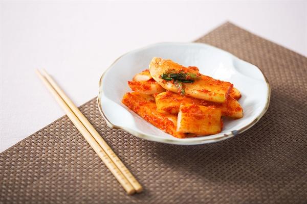 섞박지 깍두기와 함께 대표적인 무김치 설렁탕이나 곰탕 등에 어울린다. 찬바람을 맞은 가을이나 겨울무로 담근 김치는 특히 맛이 좋다.