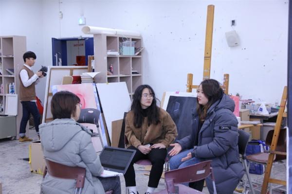 청년미술가이다현(24)·이정아(25)씨가사라지는청년예술인들의입지에대해이야기하고있다.