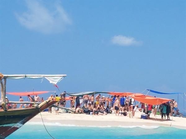 바다물이 덮치고 있는 '사파리 블루의 모래섬' 한 시간 남짓도 지나지 않아서 모래사막을 얼마 남기지 않은 채 바닷물이 넘쳐들고 있다. 유럽관광객들은 신속하게 동력 범선을 타고 점심식사를 하기 위해서 주변 섬으로 빠져나가야 한다.