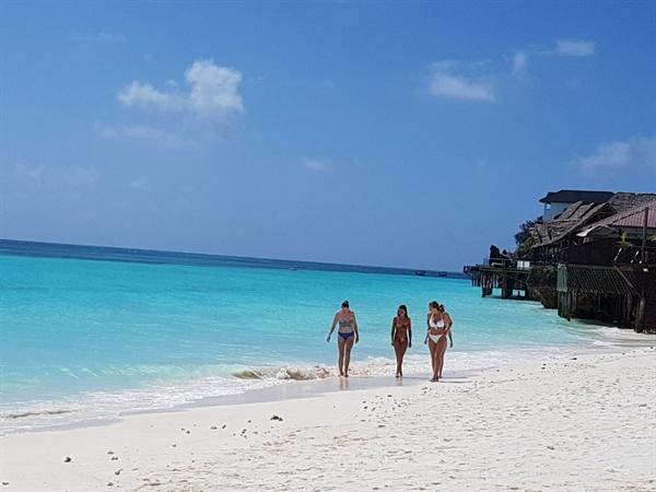 또 다른 물빛을 감추고 있는 '능위 해변(Nungui Beach)'의 풍광 잔지바르의 북쪽 끝에 위치한 '능위 해변'은 낮의 풍광도 빼어나지만, 석양의 해지는 장면이 특히 아름답기로 유명하다.