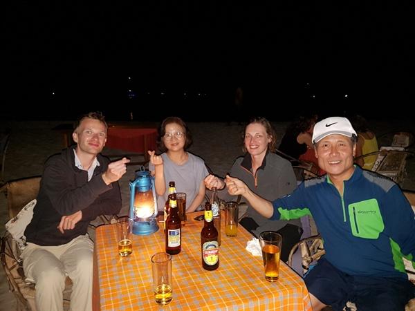 독일청년 커플과의 한여름 밤의 담소 해거름에 해변을 산책하다가 맥주를 사려고 레스토랑에 들러 종업원 청년들 다섯 명에게 태권도 품새를 지도하다가 웃으며 바라보는 독일청년의 테이블로 가서 러시아 월드컵  얘기를 하며 시원한 밤바다의 파도 소리를 들으면서 다섯 명이 함께 맥주잔을 기울였다.