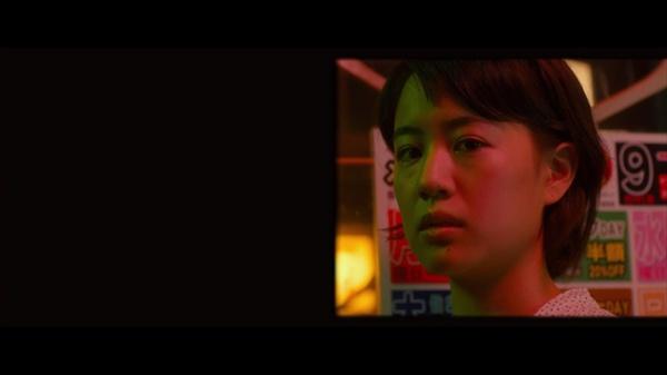 미카와 신지는 도쿄 밤거리에서 자주 마주친다. 신지의 시점으로 보이는 미카다. 화면의 절반을 암전 처리한 것은 신지의 신체적 결함과 관련이 있다.