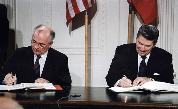 INF 조약 조인식에 참석한 고르바초프와 레이건.