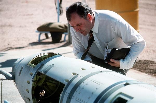 미제 중거리 순항 미사일인 GLCM을 확인해보는 소련측 검사관. 1988년 해체 전의 모습.