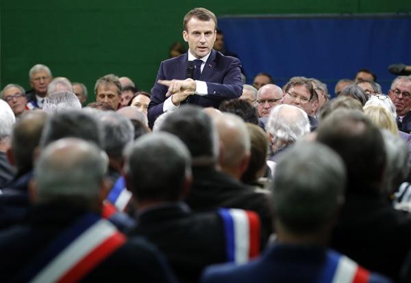 지난 1월 15일 노르망디 시장들과 사회적 대토론을 나누는 마크롱 프랑스 대통령