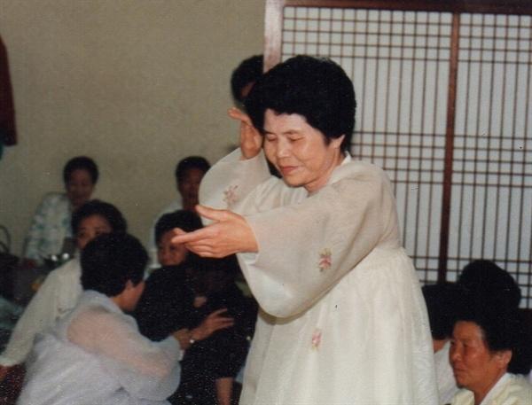 잔칫집에서 춤사위 펼치는 장금도(1987년)