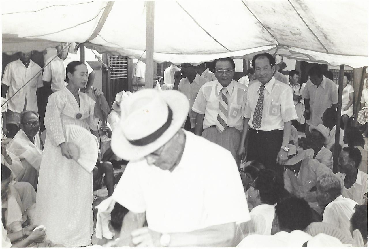 시골 잔칫집에서 소리하는 김난주(1970년대)