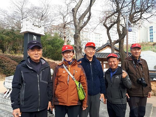 이순신자당 기거지를 찾은 서울시청시청OB산악회원들 모습