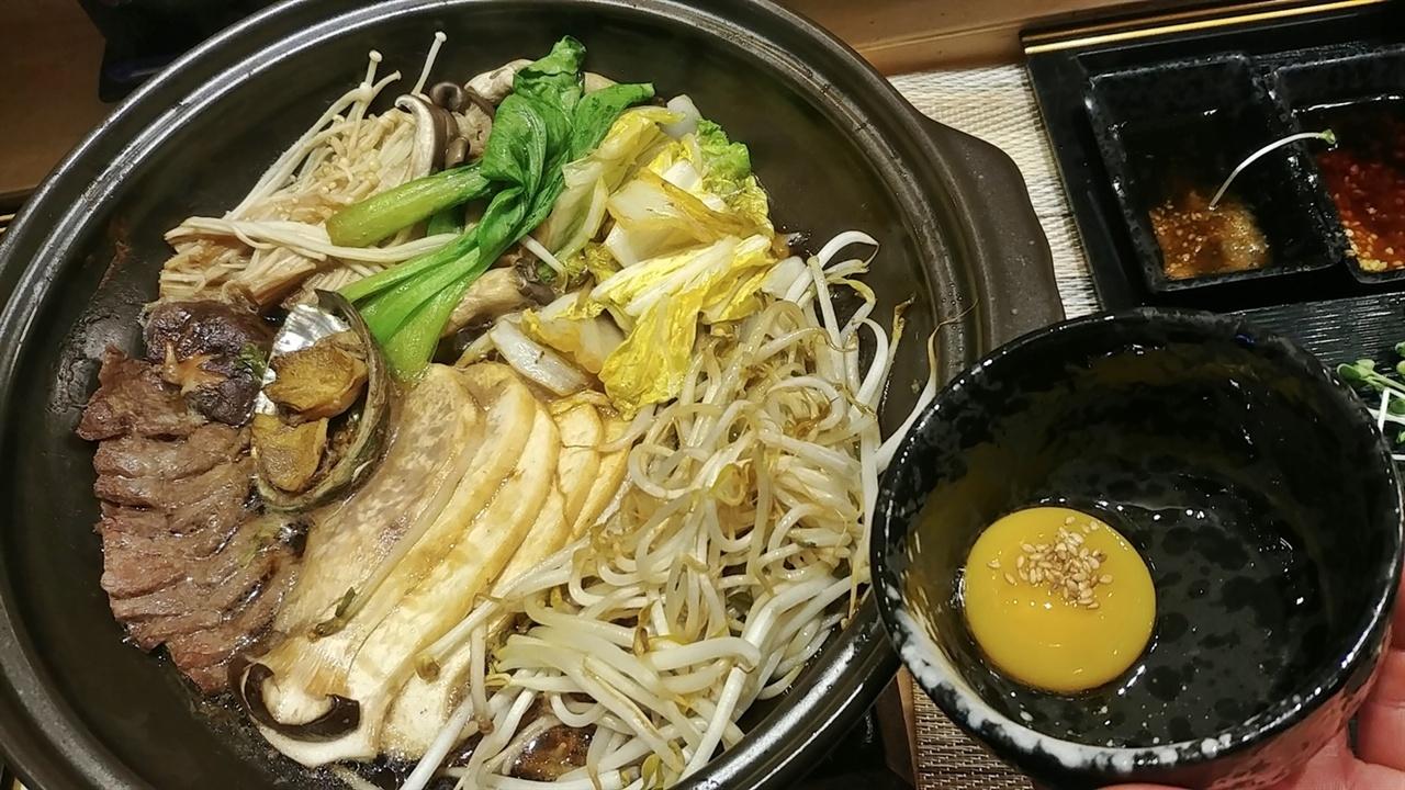 일본식 전골 나베요리다. 계란 노른자에 찍어 먹는다.