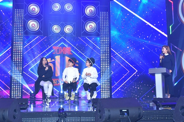 7일 KBS 2TV 새 예능프로그램 <뮤직셔플쇼 더 히트> 기자간담회에 참석한 손지원 PD와 MC 송은이, 김신영.