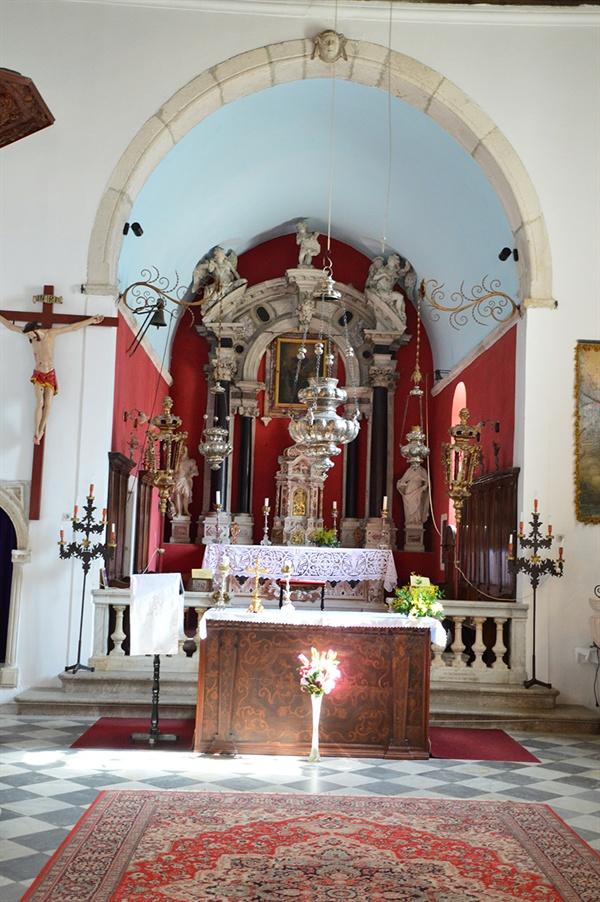 성 니콜라스 교회 내부. 작은 예수의 성화와 은제 촛대만이 소박하게 장식되어 있다.