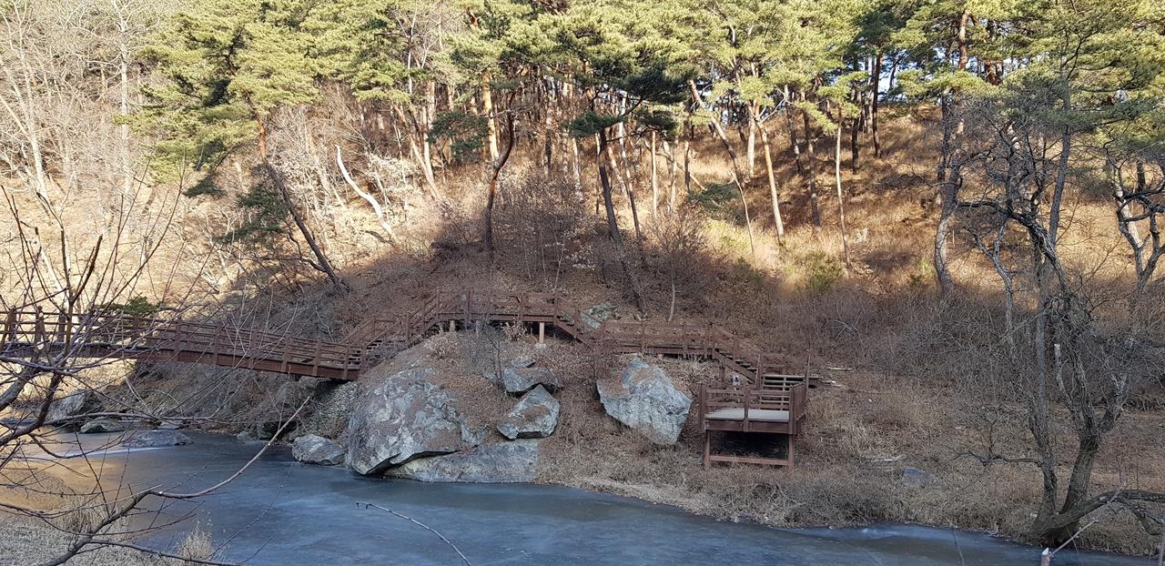 대웅보전 옆으로 나와 희지천을 따라서 올라가면 삭발 바위가 있고, 백범교를 건너면 성보박물관이 있다.