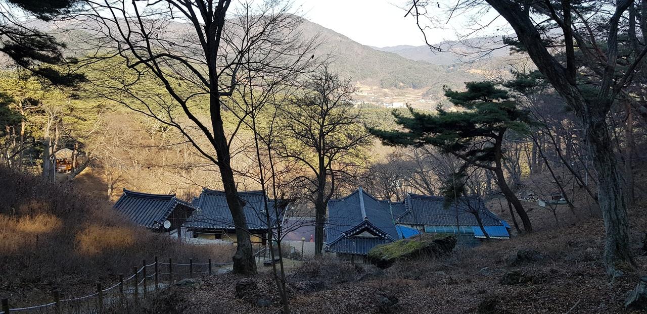 마애불 오르는 길목에서 내려다본 백련암. 오른쪽 두 번째 건물이 선생이 은거하던 성윤당이다.