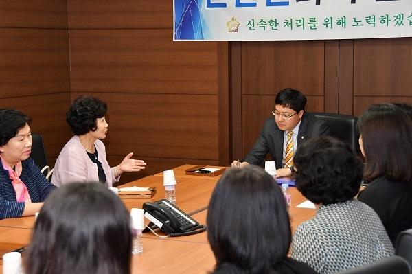 강남구의회 이관수 의장이 열린현장민원실에서 지역 주민들을 만나 현안문제 및 애로사항을 청취하고 있다.