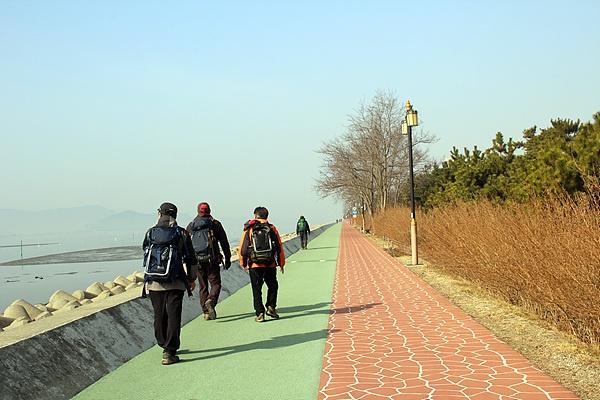 산이 좋아 전국을 걸어서 도는 서울시청OB산악회원들 모습. 박돌봉(70세) 회장은 무려 50년째 걷고 있는 중이다.