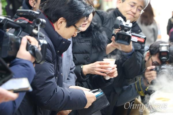 황교안 전 국무총리가 8일 오전 대구 서문시장을 방문한 자리에서 떡볶기를 사기 위해 지갑에서 돈을 꺼내고 있다.
