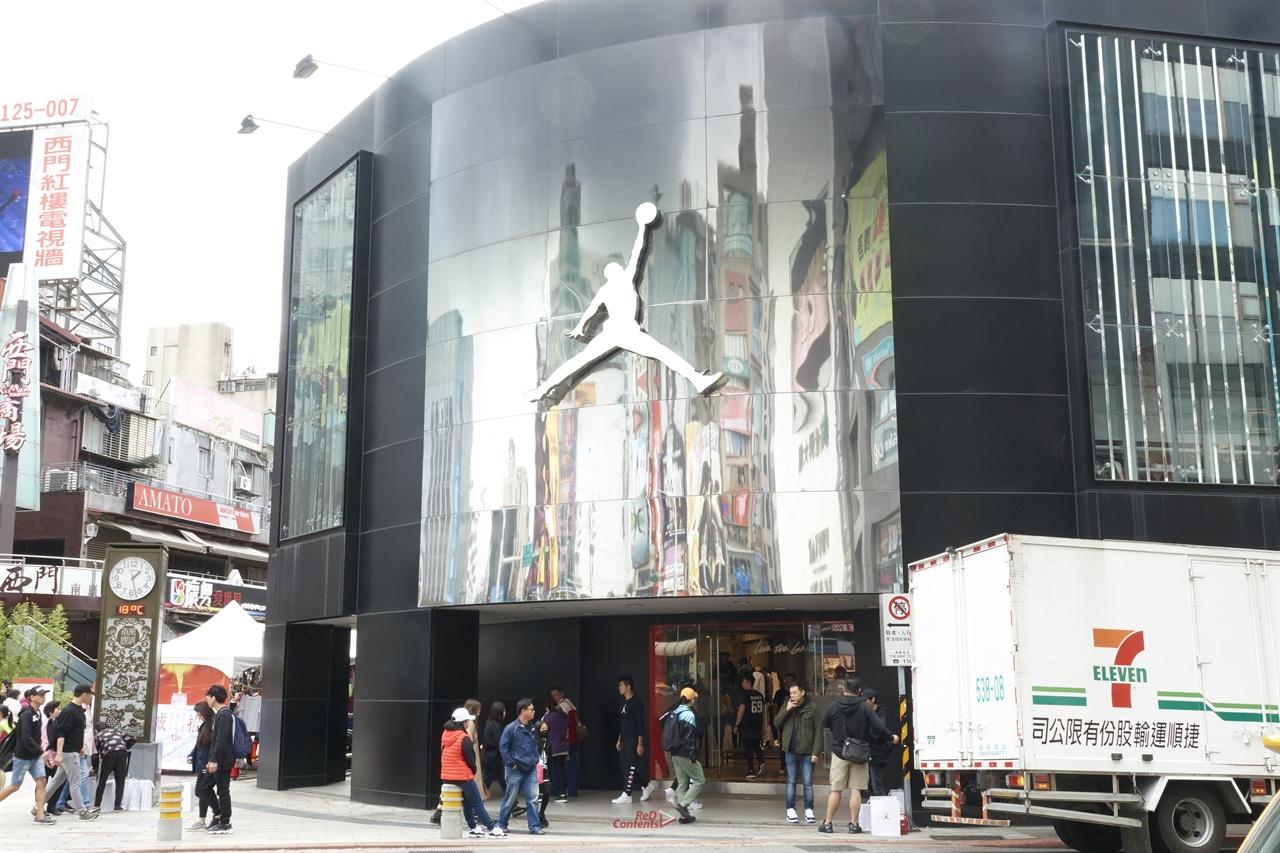 시먼딩 조던샵 NBA의 전설, 마이클 조던의 브랜드 제품을 전용으로 판매하는 곳