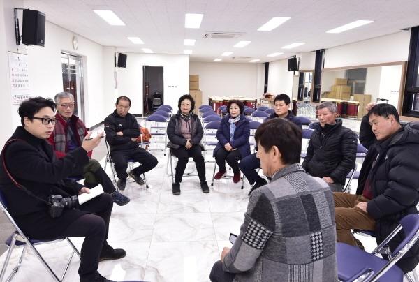 """""""제비마을학교 '입학'하면, 새 집 마련 꿈 '실현'"""" 마을회관에서 이야기를 나누고 있다."""